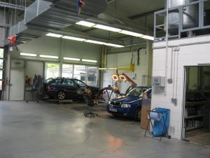 Mithilfe unserer Bühnen auf unseren Arbeitsplätzen können wir ihr Fahrzeug optimal auf die Lackierung vorbereiten.